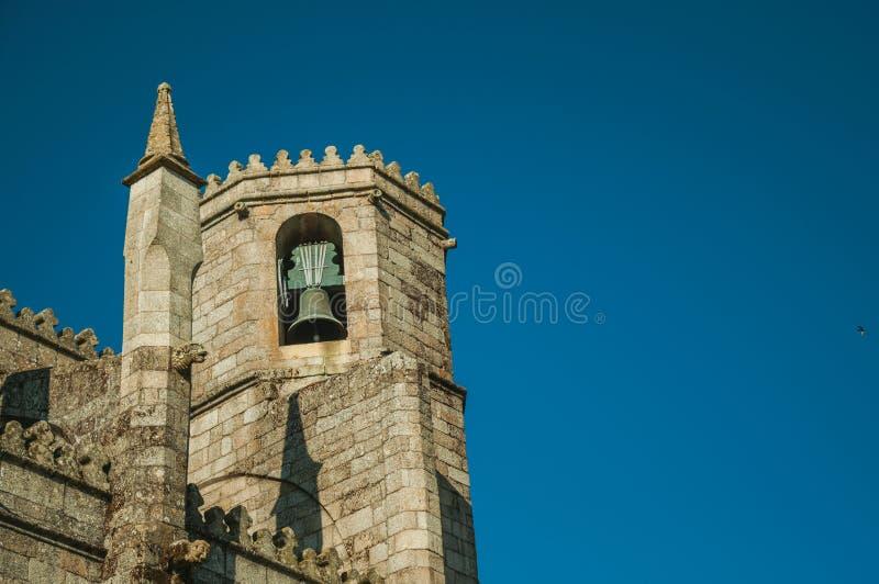 Steeple avec la cloche en bronze sur la cathédrale gothique de Guarda photographie stock libre de droits