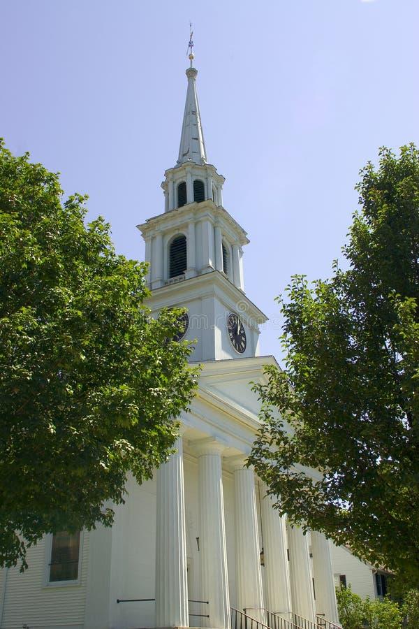 Steeple branco da igreja imagem de stock