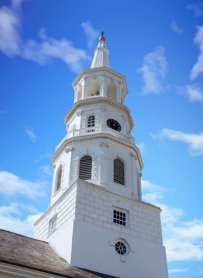 Steeple branco da igreja da terra fotografia de stock
