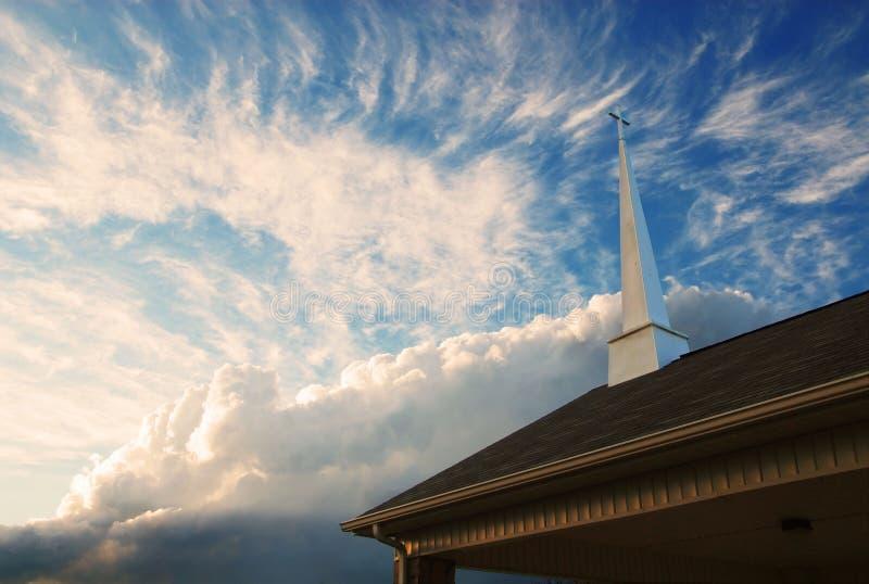 Steeple da igreja de encontro a um céu nebuloso foto de stock royalty free