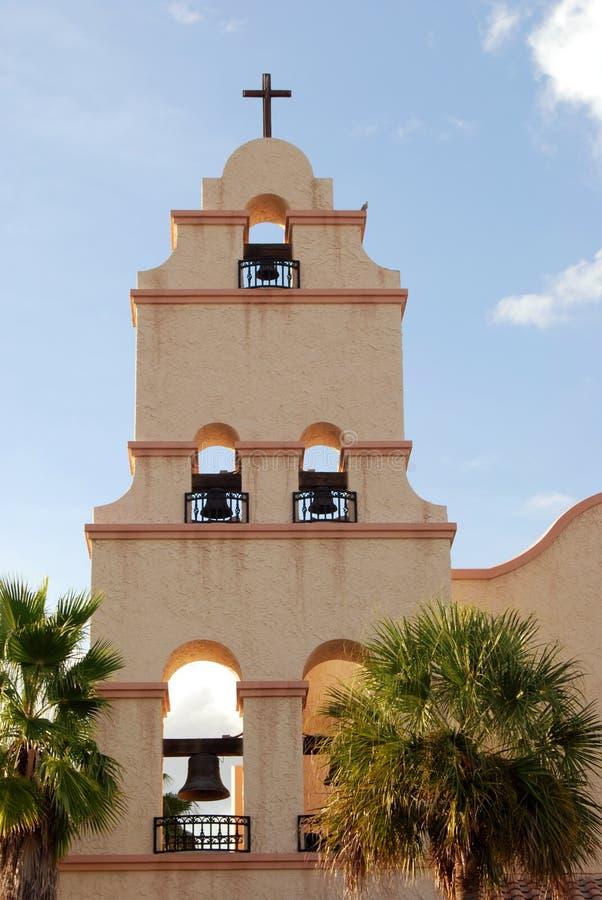 Steeple da igreja do estilo de Santa Fe foto de stock royalty free