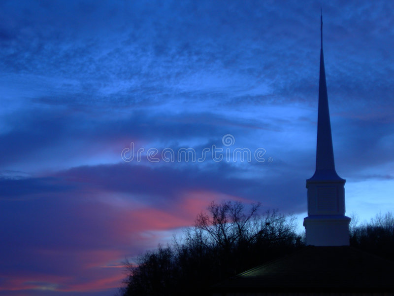Steeple da igreja no por do sol fotografia de stock royalty free