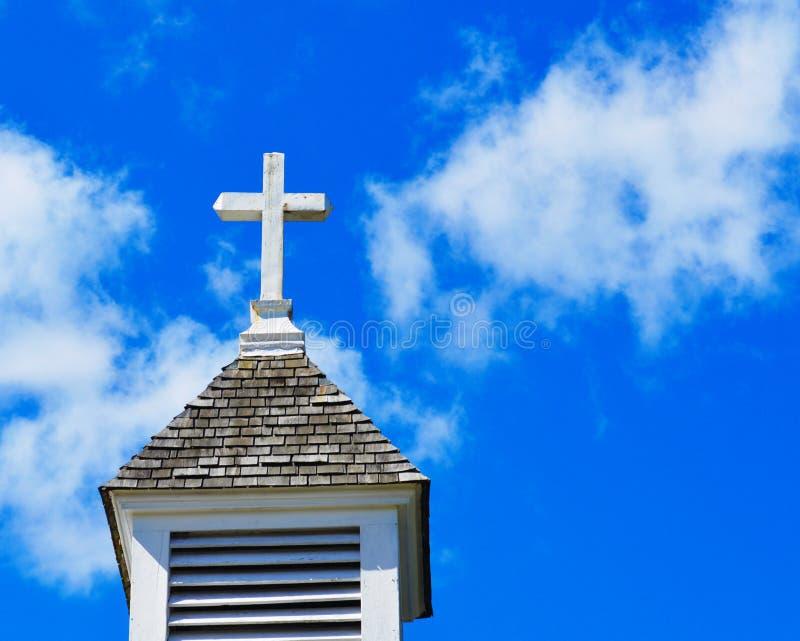 Steeple della chiesa con la traversa fotografie stock libere da diritti
