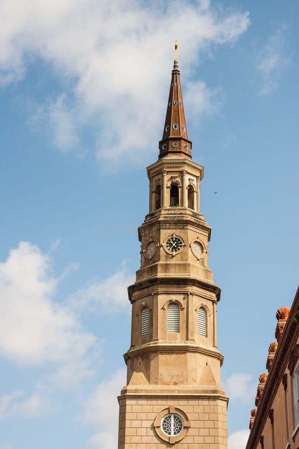 Steeple e nuvens da igreja imagens de stock