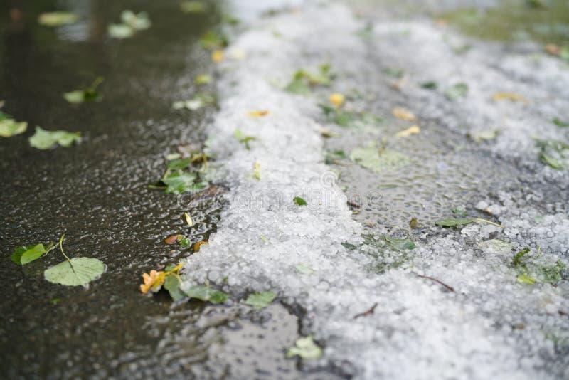 Steet met hagelstenen na hagelbui wordt behandeld die royalty-vrije stock afbeelding