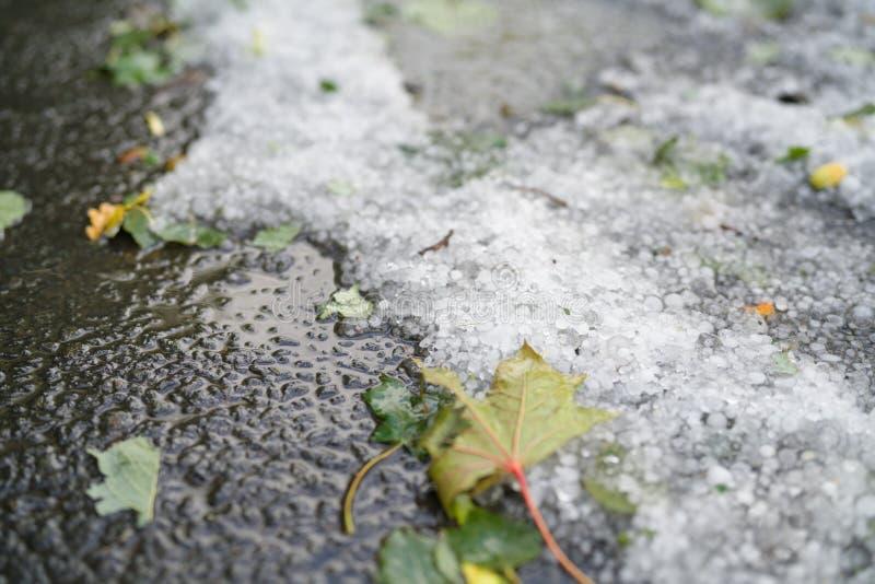 Steet met hagelstenen na hagelbui wordt behandeld die stock afbeelding
