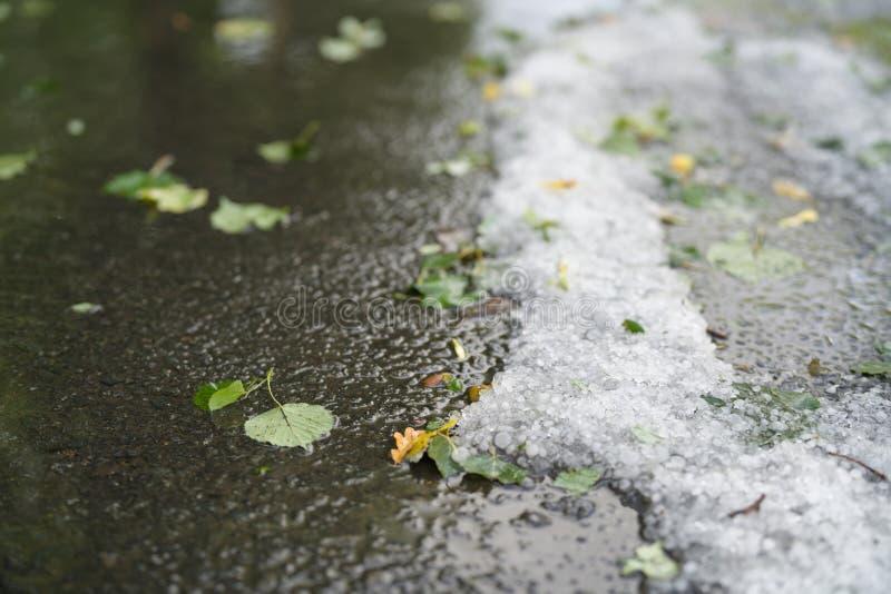 Steet met hagelstenen na hagelbui wordt behandeld die stock fotografie