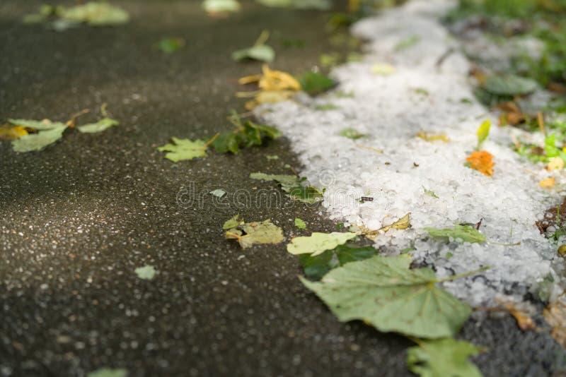 Steet met hagelstenen na hagelbui wordt behandeld die stock afbeeldingen