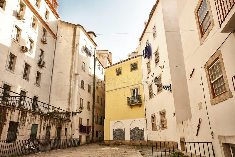 Steet velho de Lisboa Portugal Arco e escada Fachada das construções imagem de stock royalty free