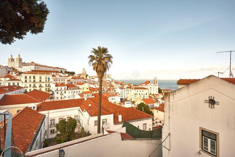 Steet velho de Lisboa Portugal Arco e escada Fachada das construções Chu foto de stock