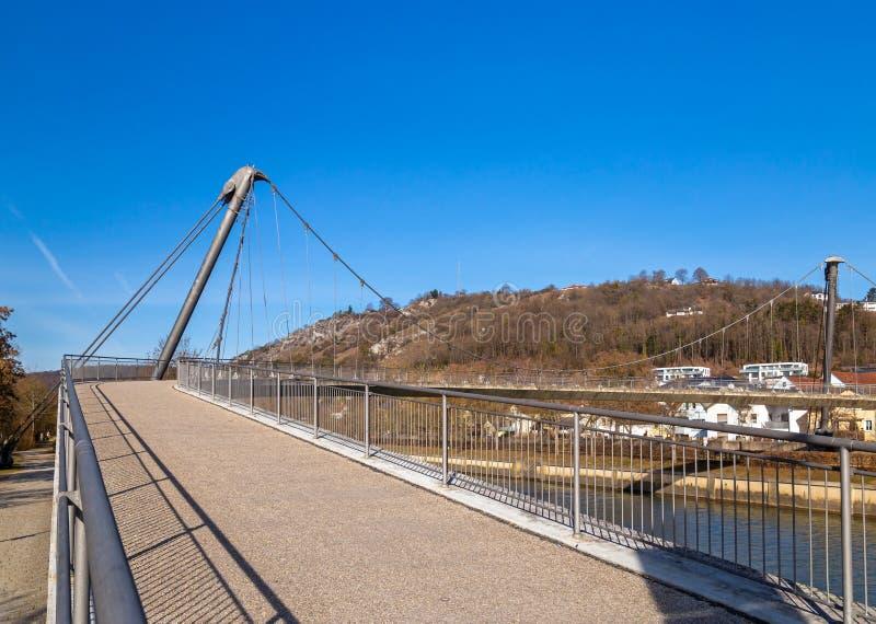 Steg über Altmuehl-Fluss in Kelheim stockfoto