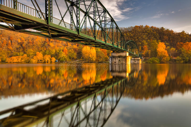 Steg über dem die Moldau-Fluss stockfotografie