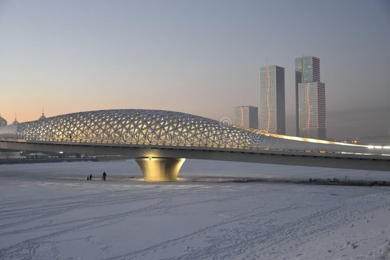 Steg über dem Ishim-Fluss in Astana stockfoto