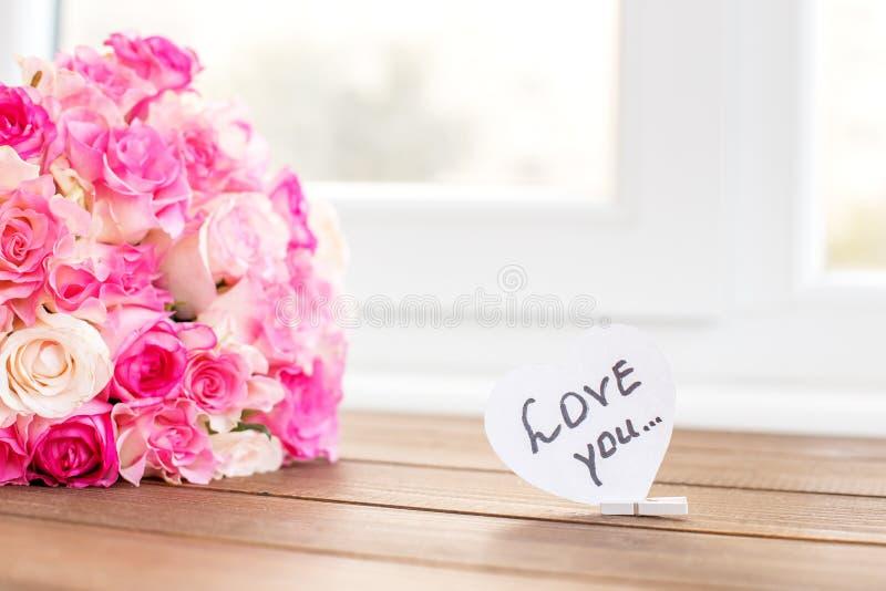 Steg blommor och inskriften som jag älskar dig Begreppet av Valentin arkivfoto