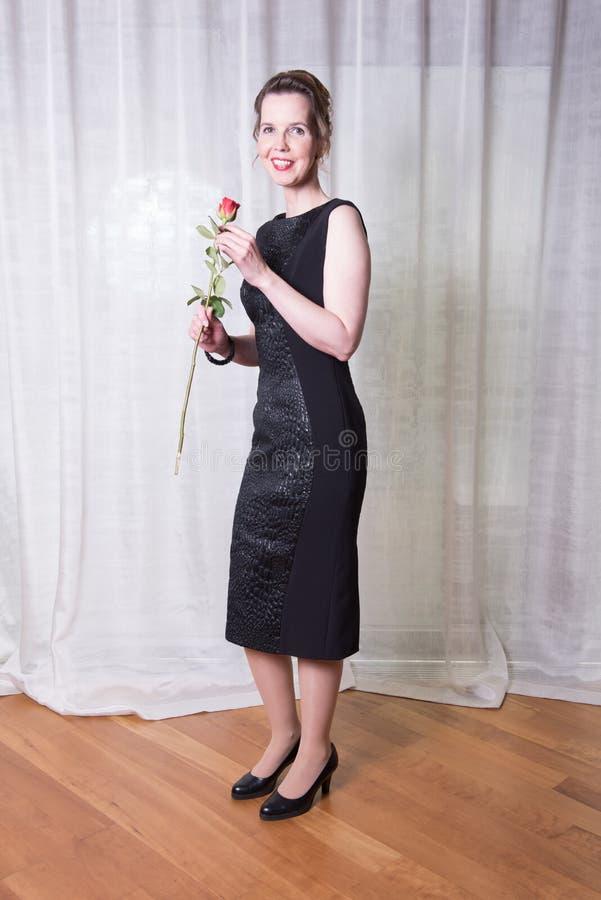 Steg den attraktiva kvinnan för ståenden med i hennes hand royaltyfria foton