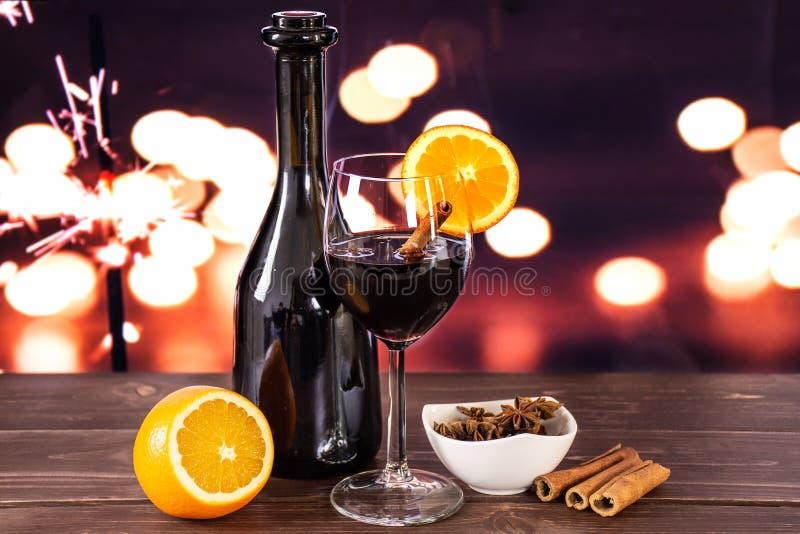 Steg-för-steg varmt rött funderat vin för recept med ljus fotografering för bildbyråer