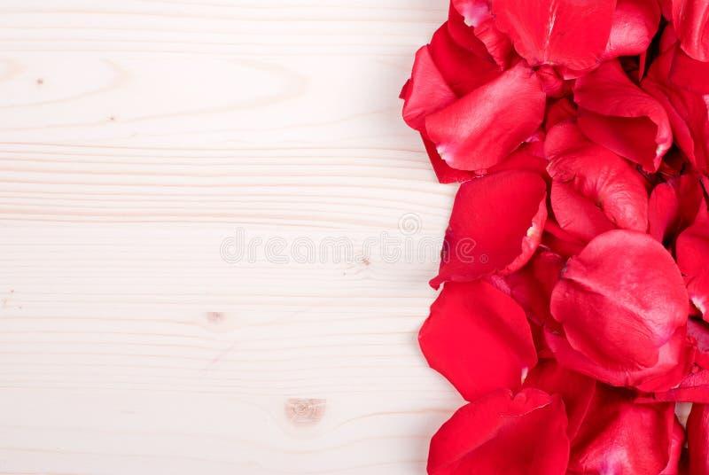 Steg med röda kronblad med hjärtor för valentins dag på galten royaltyfri fotografi