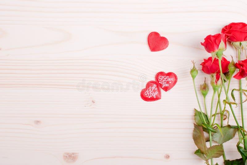 Steg med röda kronblad med hjärtor för valentins dag på galten royaltyfria foton
