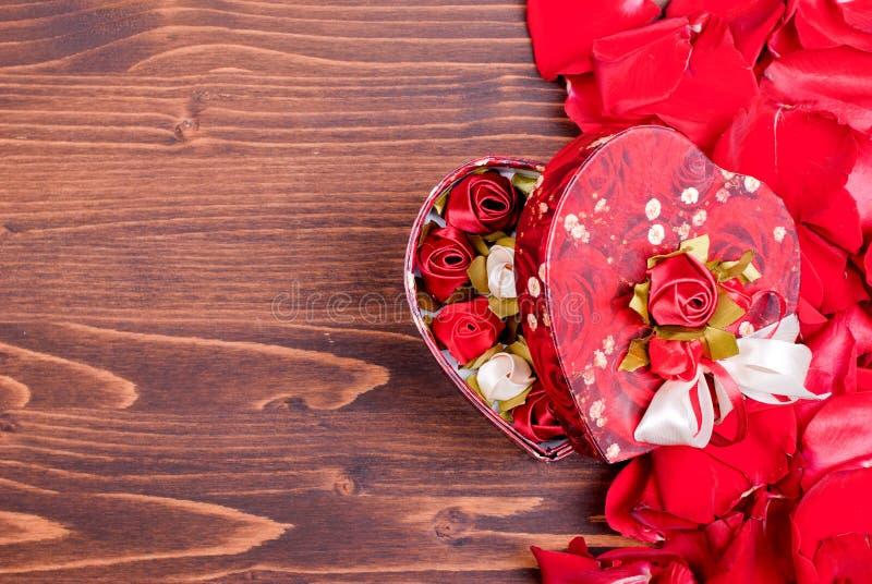 Steg med röda kronblad med hjärtor för valentins dag på galten royaltyfri foto
