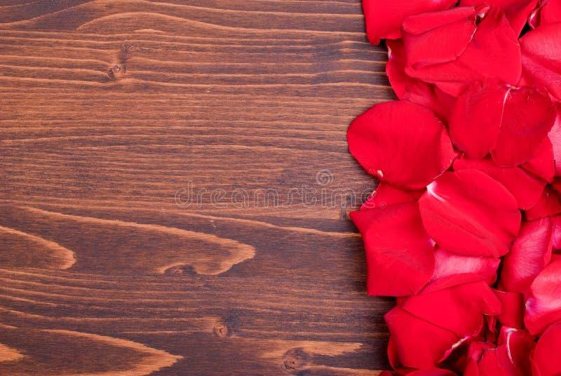 Steg med röda kronblad med hjärtor för valentins dag på galten arkivbild
