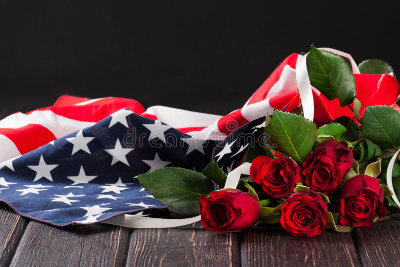 Steg och amerikanska flaggan på trä royaltyfri bild