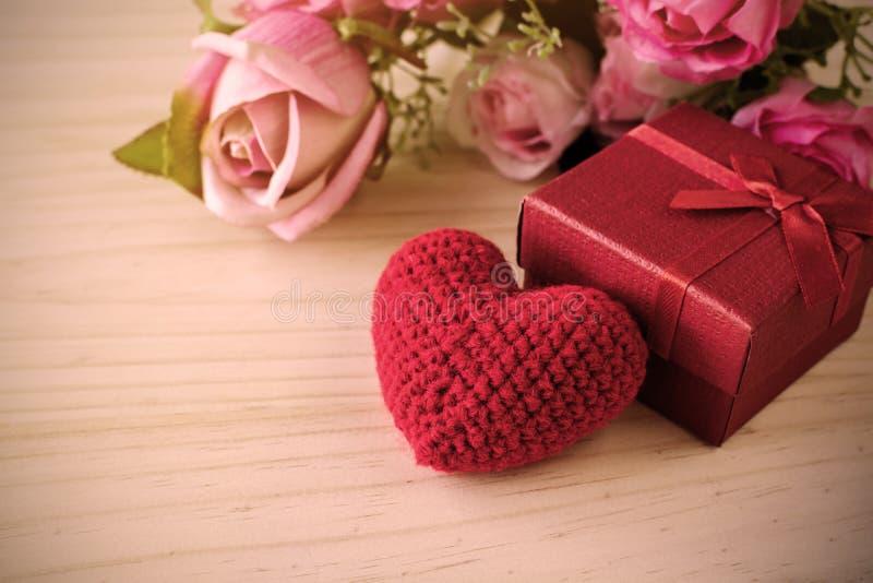 Steg och med den röda gåvaasken och röd hjärtaform, valentins dag royaltyfria foton