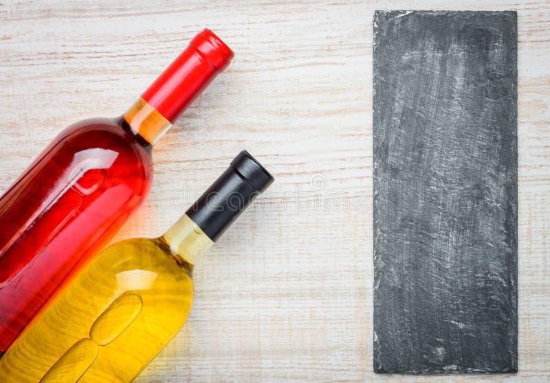 Steg och vitt vin med kopieringsutrymme arkivfoto