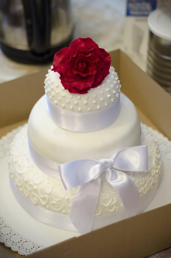Steg på en bröllopstårta royaltyfri foto