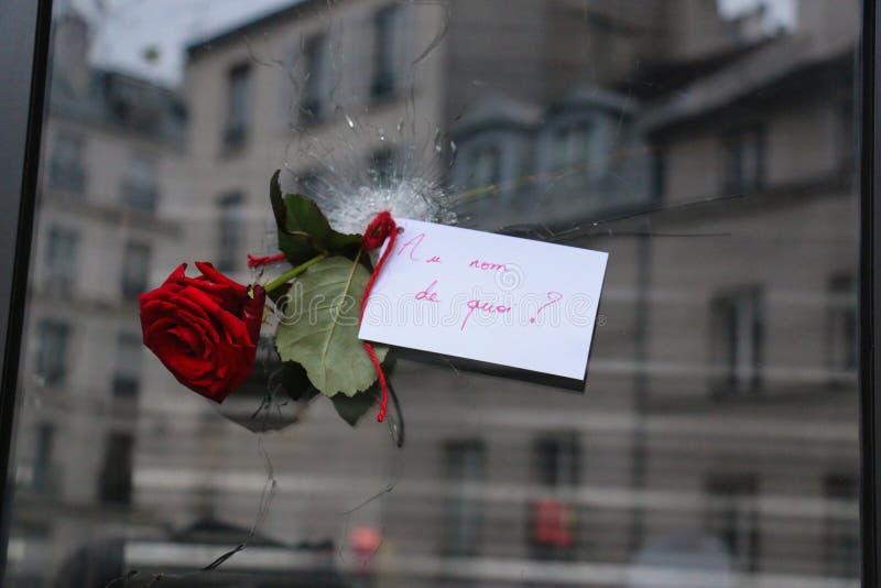 Steg till och med ett kulhål efter den Paris terroristen Attacks av 13th November arkivbild