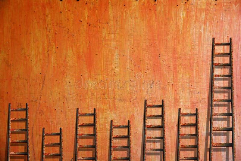 Stegar på den röda väggen arkivfoto