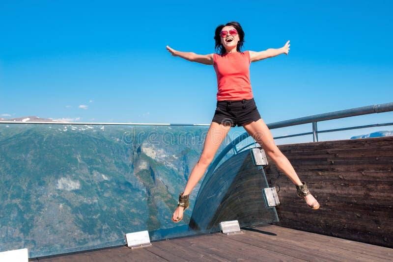 Stegastein观点的激动的妇女游人 免版税库存照片