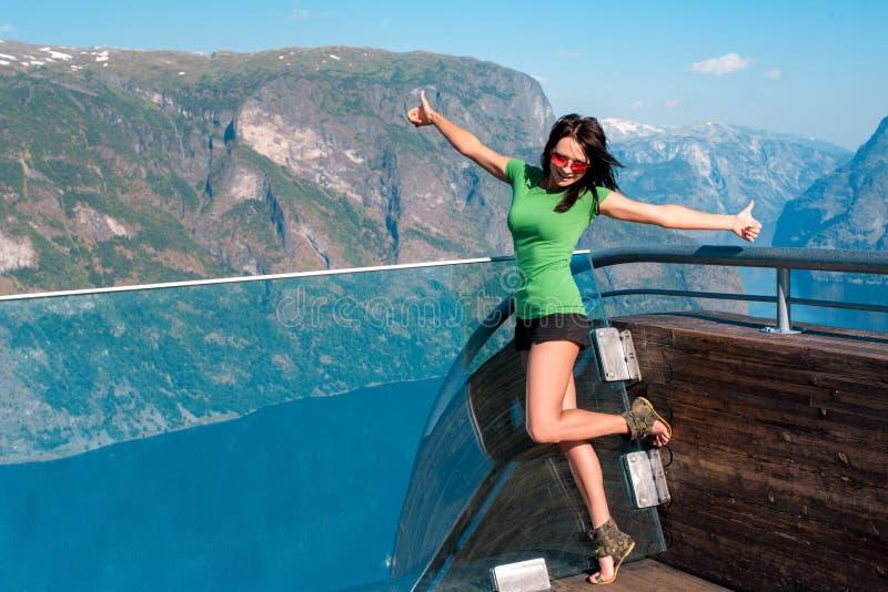 Stegastein观点的激动的妇女游人 免版税库存图片