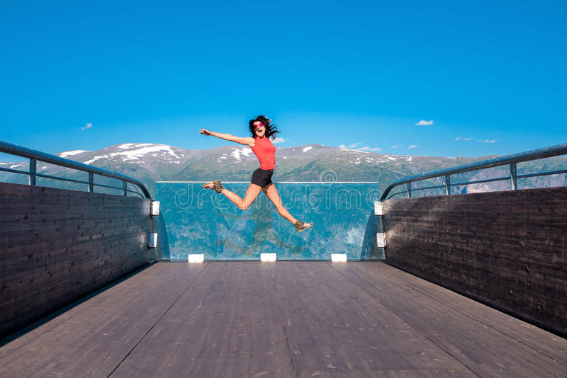 Stegastein观点的激动的妇女游人 免版税图库摄影
