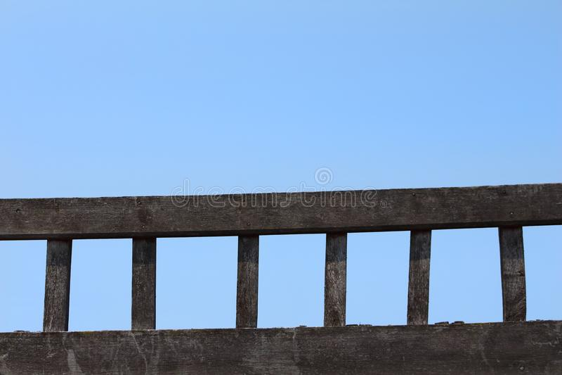 Stege av gammalt trä som läggas mot en bakgrund av blå himmel royaltyfria bilder