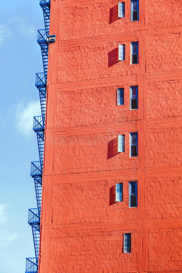 Stege för brandflykt på en gammal tegelstenbyggnad arkivbild