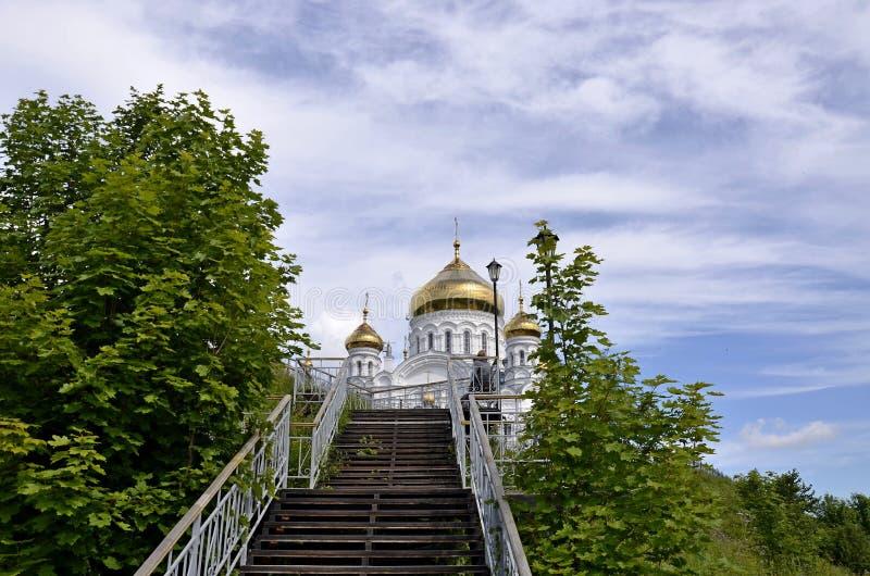 Stege som leder i den sakrala Belogorsken - Nikolaev ortodox och missions- kloster Stege till Christian Orthodox Church, permanen royaltyfria bilder