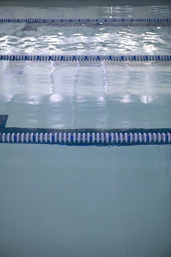 Stegen in een de concurrentie zwembad stock foto