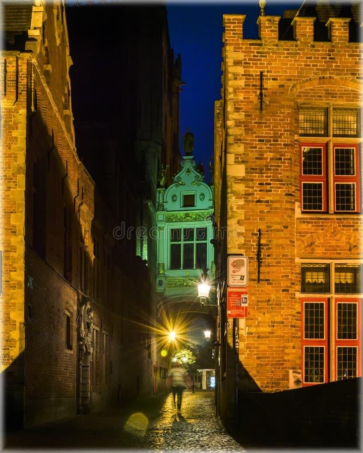 Stegen en smalle passages van Brugge, België bij nacht royalty-vrije stock foto