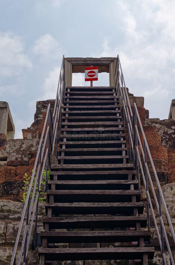 Stegen, himmel och teckenstoppet inramade lodlinje i den Angkor templet royaltyfria bilder