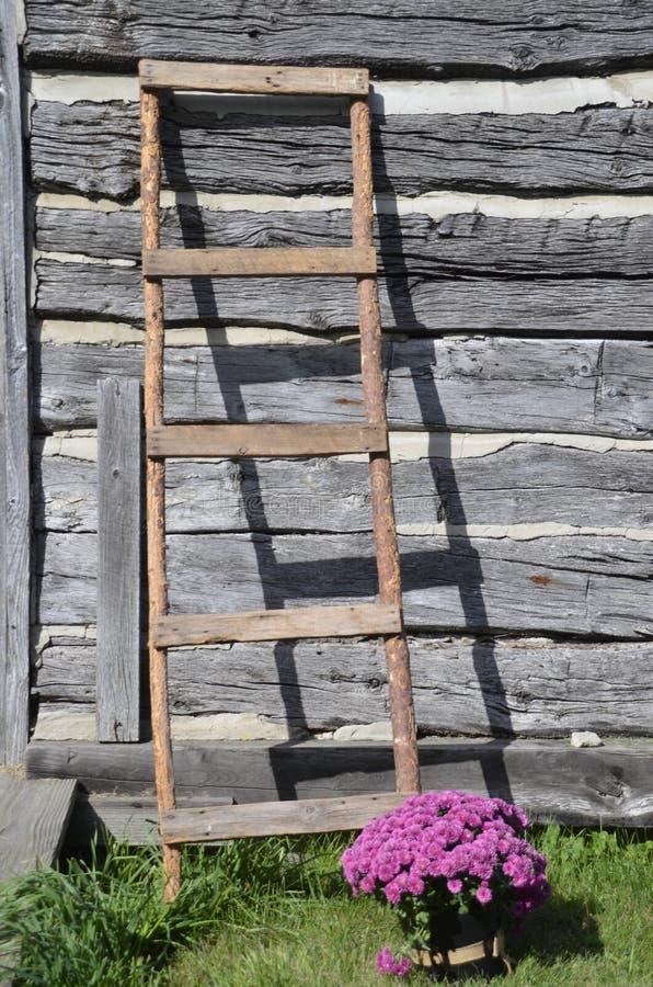 Stegen lutar på den gamla journalkabinen royaltyfria foton