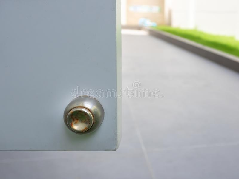 Steglös magnetisk dörrpropp, defekt med rost runt dörrpropp, utvändig yta arkivbild