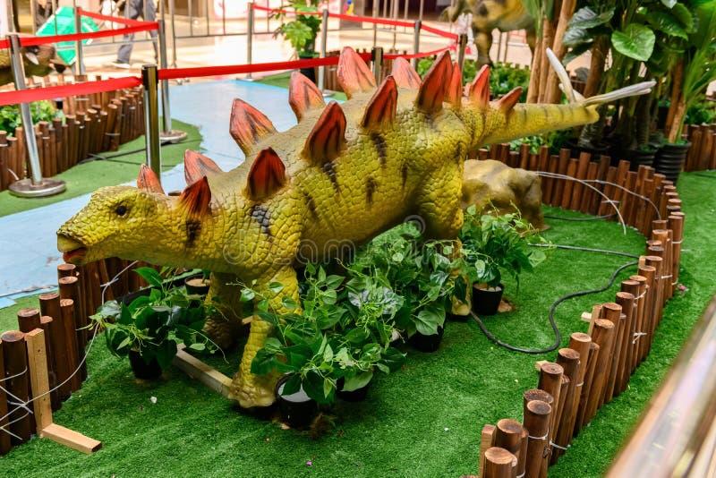 Stegosaurus σε μια λεωφόρο αγορών στοκ φωτογραφία με δικαίωμα ελεύθερης χρήσης