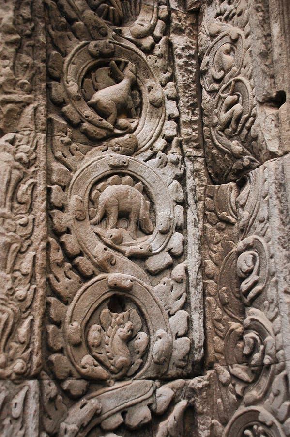 Stegosaurusdinosaurier, der auf der Wand in Tempel Ta Prohm schnitzt stockbild