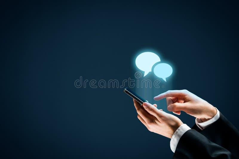 Stehen Sie auf Smartphone in Verbindung stockbild