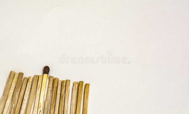 Stehen Sie heraus: Kopf eines Matchstick stockfotos