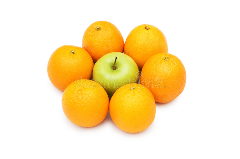 Stehen Sie heraus von der Masse mit Apfel und Orangen lizenzfreies stockbild