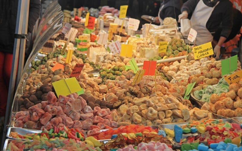 Stehen Sie mit Bonbons am Weihnachten, das in Udine angemessen ist lizenzfreie stockbilder