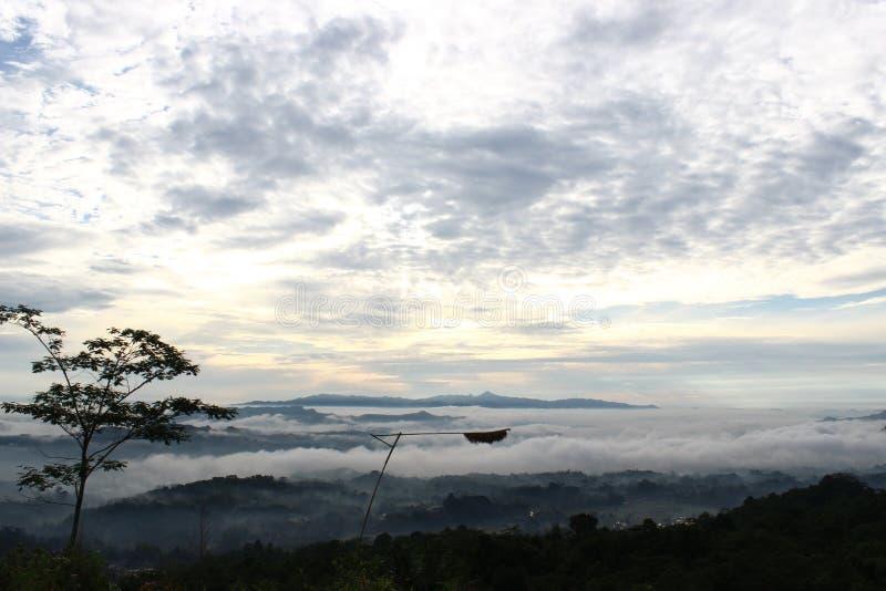 stehen Sie oben über den Wolken lizenzfreies stockbild