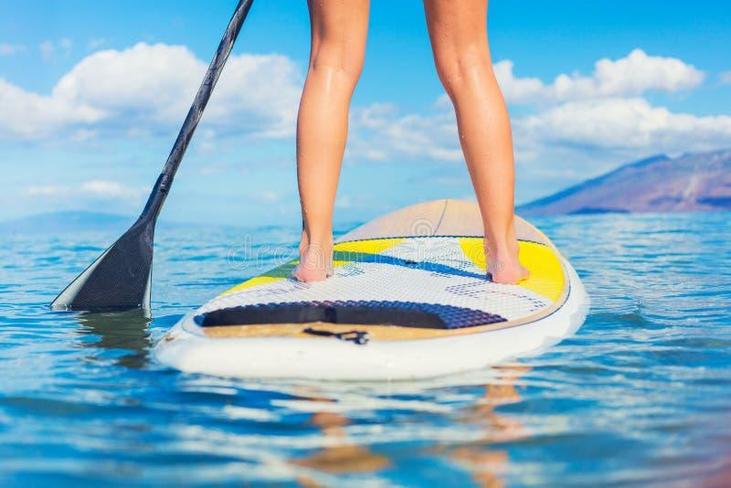 Stehen Sie oben das Paddel, das in Hawaii surft stockfoto