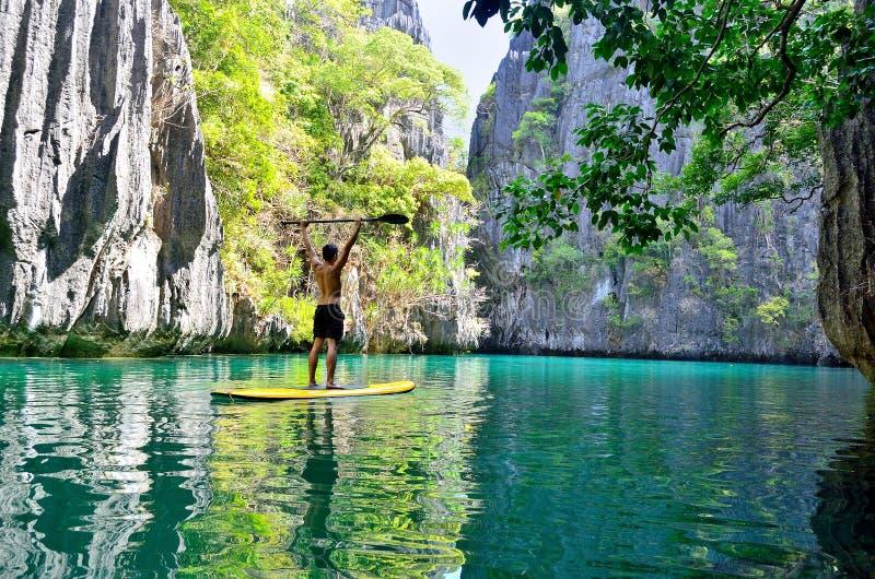Stehen Sie oben Radschaufel in der geheimen Lagune, EL Nido, Philippinen stockbilder